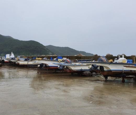 중형급 태풍 링링이 북상하고 있는 가운데 6일 길목에 위치 전남 신안군 흑산도에서 배를 뭍으로 옮기는 등 태풍대비에 만전을 기하고 있다./사진=독자제공