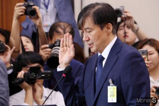 조국 법무부 장관 후보자가 6일 서울 여의도 국회 법제사법위원회 회의실에서 열린 인사청문회에서 후보자 선서를 하고 있다. /사진=임한별 기자