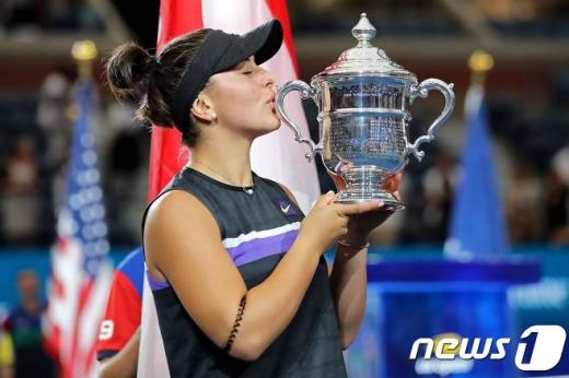 캐나다의 비앙카 안드레스쿠가 8일(한국시간) 세레나 윌리엄스(미국)를 꺾고 생애 첫 US오픈 우승을 차지했다. /사진=AFP 뉴스1