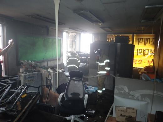 8일 오전 7시56분쯤 부산 해운대구 재송동의 한 7층 건물에 설치된 에어컨 실외기에서 화재가 발생했다. /사진=해운대소방서