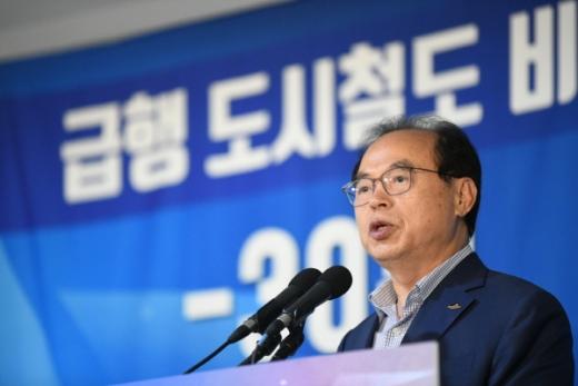 부산 지하철 1,2호선에 급행열차 도입을 발표한 오거돈 부산시장./사진제공=부산시
