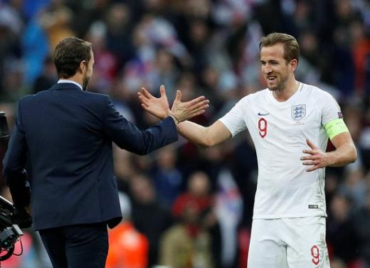 잉글랜드 축구 대표팀의 공격수 해리 케인(오른쪽)을 향해 극찬을 보낸 가레스 사우스게이트 감독. /사진=로이터
