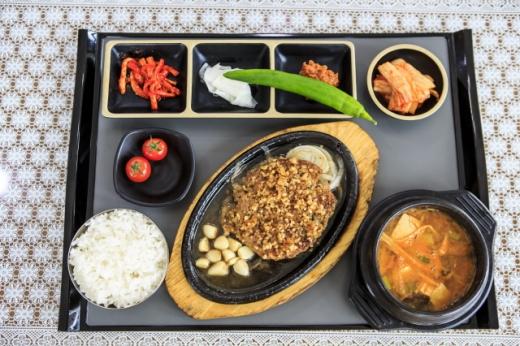 단양팔경휴게소(부산방향)의 단양마늘수제떡갈비. /사진=한국관광공사
