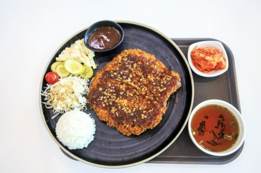 단양팔경휴게소(춘천방향)의 마늘왕돈까스. /사진=한국관광공사