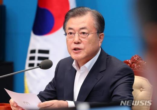 """문 대통령 """"조국 장관 권력기관 개혁 매진… 마무리 맡길 것"""" (속보)"""