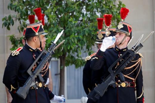 프랑스 엘리제궁 근위대가 지난 7월 폭염 속에 경비를 서면서 물을 나눠 마시고 있다. /사진=로이터