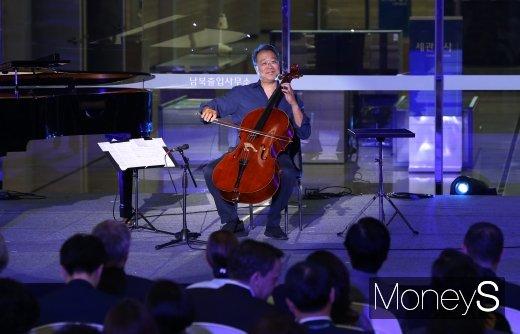 [머니S포토] 'DMZ평화음악회'에서 공연 펼치는 요요마
