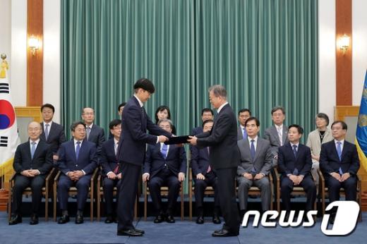 문재인 대통령이 지난 9일 열린 국무위원 임명장 수여식에서 조국 신임 법무부장관에게 임명장을 전달하고 있다. /사진=청와대 제공