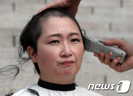 이언주 무소속 의원이 10일 서울 여의도 국회 본청 계단에서 삭발식을 하고 있다. /사진=뉴스1