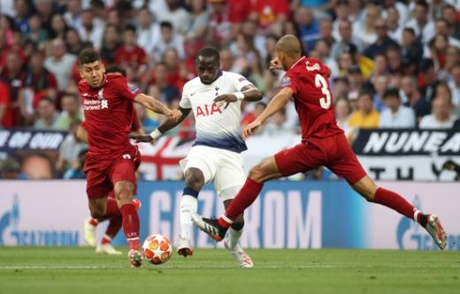 리버풀 팬들이 지난 시즌 UEFA 챔피언스리그 우승에 기여했던 호베르투 피르미누(왼쪽)와 파비뉴(오른쪽)의 게임 능력치를 이해할 수 없다는 반응을 보이고 있다. /사진=로이터