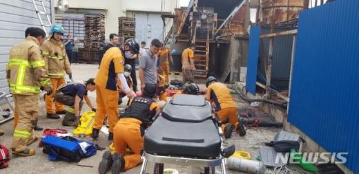 10일 오후 경북 영덕 축산면의 한 지하탱크에서 정비작업을 하던 외국인 근로자 4명이 질식해 인근 병원으로 옮겨졌다.  /사진=뉴시스