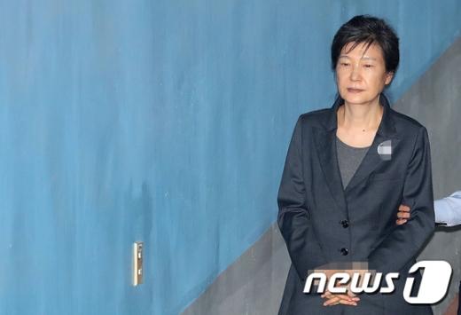 """법무부 """"박근혜 외부병원 입원 결정… 어깨수술 예정"""" (속보)"""