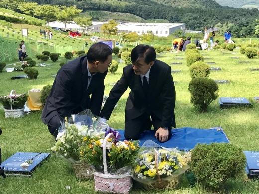14일 조국 법무부장관이 부산추모공원에 안치된 고 김홍영 전 검사 묘소를 찾아 김 전 검사의 아버님과 함께 이야기를 나누고 있다. /사진=뉴스1 DB