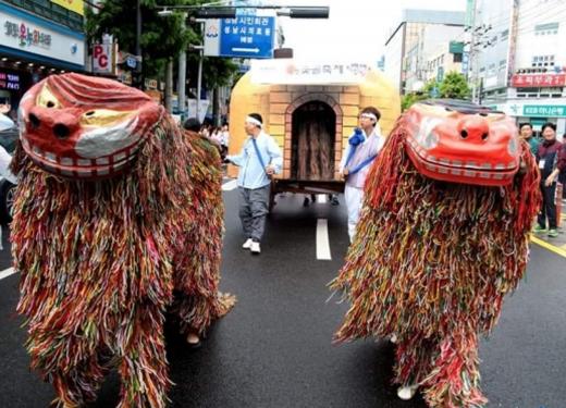 지난해 9월 열린 제16회 수정숯골축제 거리 퍼레이드 장면. /사진제공=성남시