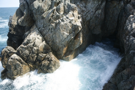 용굴과 파도. /사진=한국관광공사