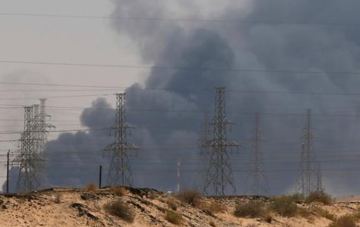 지난 14일(현지시간) 드론과 미사일 공격을 받은 사우디아라비아의 아브카이크 석유시설에서 연기가 피어오르고 있다. /사진=로이터