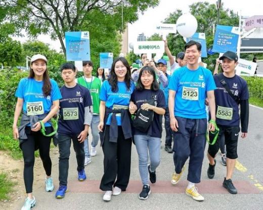 지난 21일 서울 여의도 한강공원에서 열린 '제 5회 시각장애인과 함께 뛰는 어울림 마라톤 대회'에서 시각장애인 참가자들과 SC제일은행 직원 가이드러너들이 함께 대회에 참가하고 있다./사진제공=SC제일은행