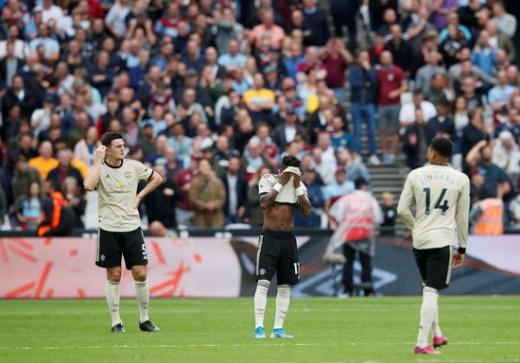 지난 22일(한국시간) 영국 런던 런던 스타디움에서 열린 2019-2020시즌 잉글랜드 프리미어리그(EPL) 6라운드 웨스트햄 원정 경기에서 졸전 끝에 완패를 당한 맨체스터 유나이티드 선수들. /사진=로이터