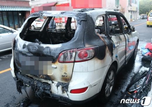 23일 오전 6시8분쯤 인천시 연수구의 한 도로에 정차돼있던 산타페 차량에 불이 났다. /사진=인천 공단소방서 제공.