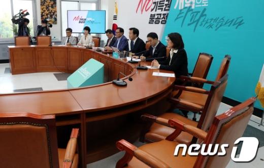 25일 서울 여의도 국회에서 열린 바른미래당 제149차 최고위원회의에 자리가 비어 있다. /사진=뉴스1