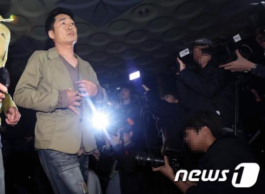 방송인 이창명이 지난 2016년 4월21일 조사를 위해 찾은 서울 영등포경찰서 앞에서 음주운전 혐의에 대해 결백을 주장하며 당당하게 들어서고 있다. /사진=뉴스1