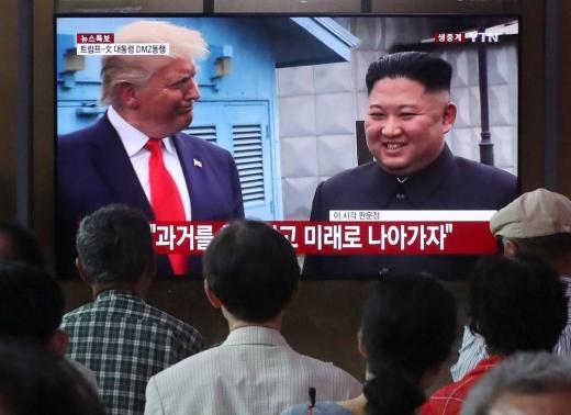 지난 6월30일 오후 서울역 대합실에서 시민들이 판문점에서 도널드 트럼프 미국 대통령과 김정은 북한 국무위원장이 만나는 모습을 보고 있다. /사진=머니투데이 DB