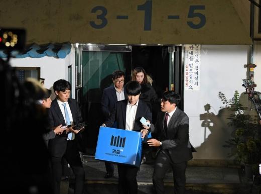 조국 법무부 장관 관련 의혹을 수사 중인 검찰이 지난 23일 조 장관의 방배동 자택을 압수수색한 뒤 압수품을 들고 이동하고 있다. /사진=머니투데이 DB