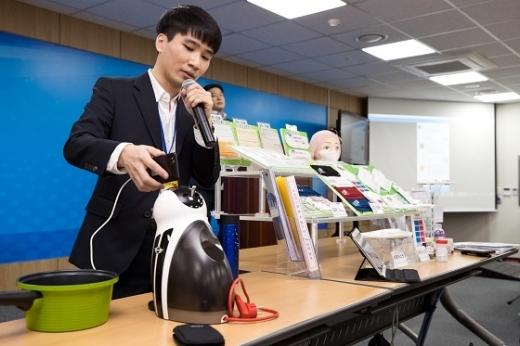 태식 한국과학기술원(KAIST) 전산학부 박사과정 대학원생이 1일 세종특별자치시 과기정통부 기자실에서 '스마트폰으로 두드려 사물을 인식하는 신기술 개발' 관련 시연을 하고 있다. /사진=과기정통부