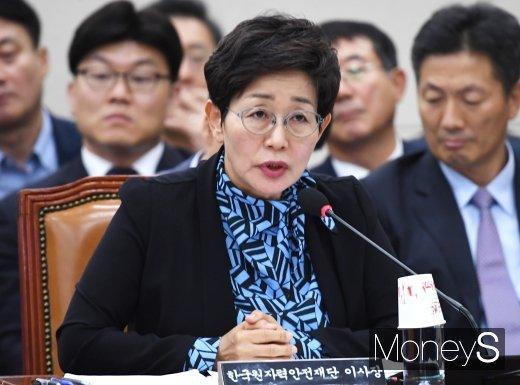 [머니S포토] 답변하는 김혜정 이사장