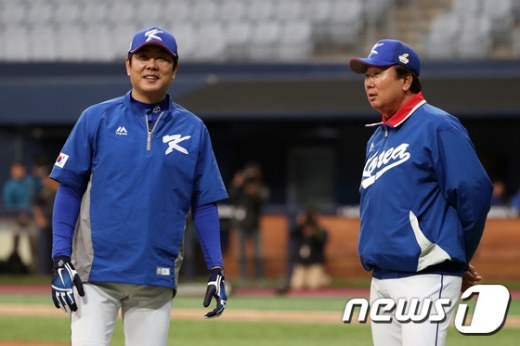 지난 2017년 당시 국가대표팀을 지휘했던 선동열 감독(오른쪽)과 정민철 코치. /사진=뉴스1