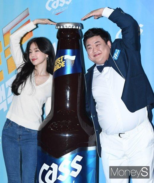 [머니S포토] 손나은·김준현 '대형 카스와 함께'