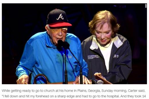 지미 카터 전 미국 대통령(왼쪽)과 부인 로잘린 여사가 지난 7일(현지시간) 미국 테네시주 내쉬빌에서 열린 집짓기 봉사활동 행사에 참석했다. /사진=CNN 보도화면 캡처