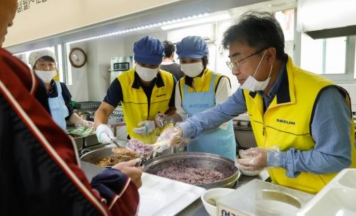 서울 용산구 청파노인복지센터를 찾은 대림산업 직원들이 점심 배식 봉사활동을 하는 모습. /사진=대림산업