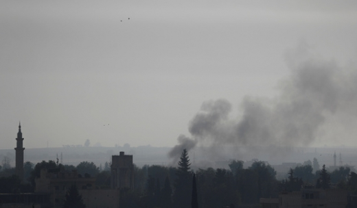 지난 10일(현지시간) 터키군의 공습을 받은 시리아 국경지역 라스 알 아인의 한 마을에서 연기가 피어오르고 있다. /사진=로이터