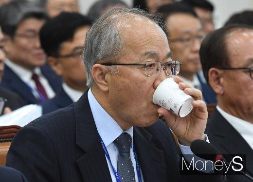 [머니S포토] 물 마시는 원광연 국가과학기술연구회 이사장