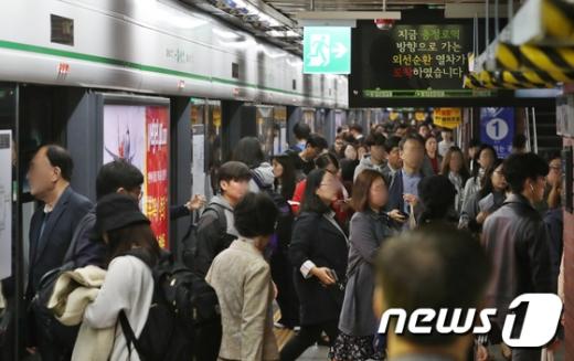 철도노조가 파업에 들어간 11일 오전 시민들이 2호선 열차를 타고 출근길에 오르고 있다. /사진=뉴스1