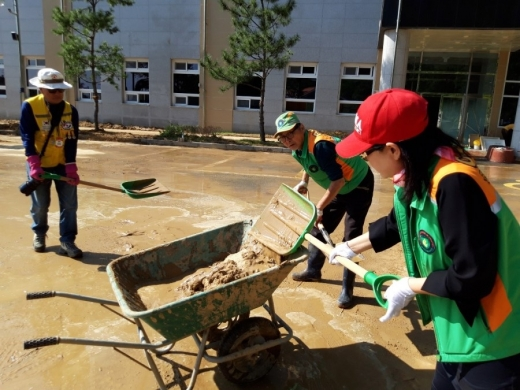 삼척시 태풍 피해 복구 작업에 참여한 자원봉사자들. / 사진제공=구리시