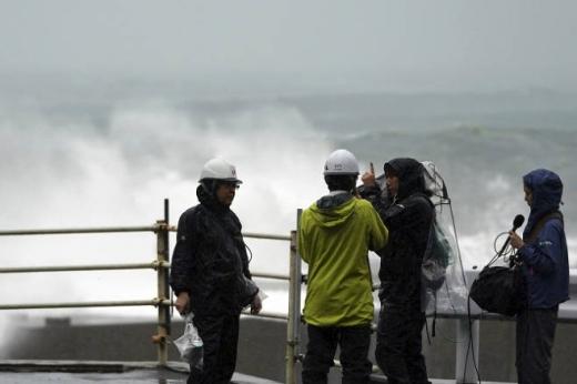 태풍 상황 취재하는 일본 취재진들 /사진=뉴시스