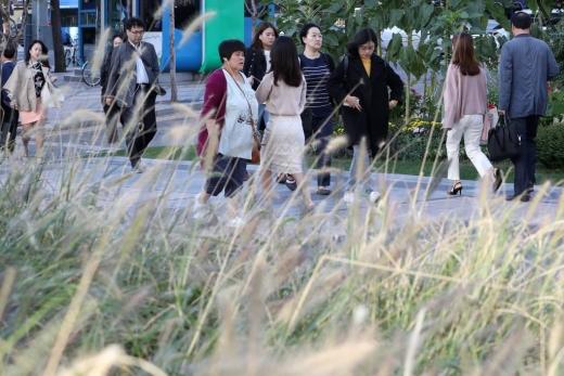 서울 광화문 네거리에서 시민들이 발걸음을 옮기고 있다 / 사진=머니투데이DB