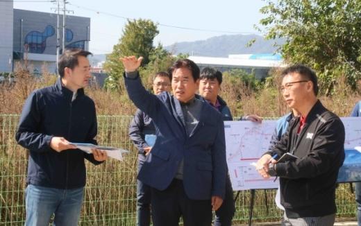 관내 주요 고속도로 개설공사에 따른 민원현장방문한 백군기 용인시장. / 사진제공=용인시