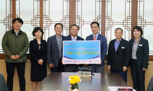 (좌측부터 4본째 평택전력지사 김영기 지사장, 5번째 정장선 시장). / 사진제공=평택시