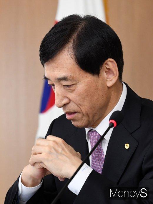 [머니S포토] 금리인하 결정하는 이주열 총재