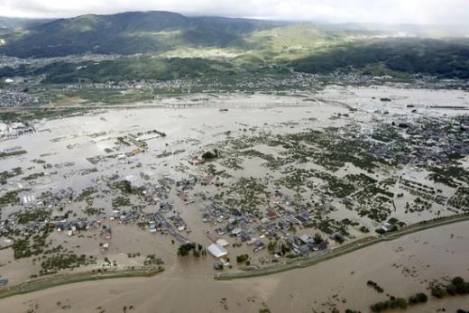 19호 태풍 '하기비스'로 범람한 일본 지쿠마 강과 강물에 침수된 나가노현의 한 마을. /사진=로이터