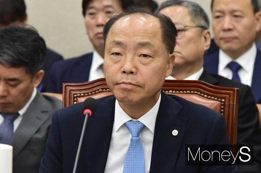 [머니S포토] 2019 산자위 국감 참석한 조봉환 이사장