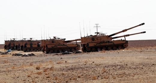 터키군 장갑차들이 지난 14일(현지시간) 시리아 국경지역 인근에 주둔해 있다. /사진=로이터