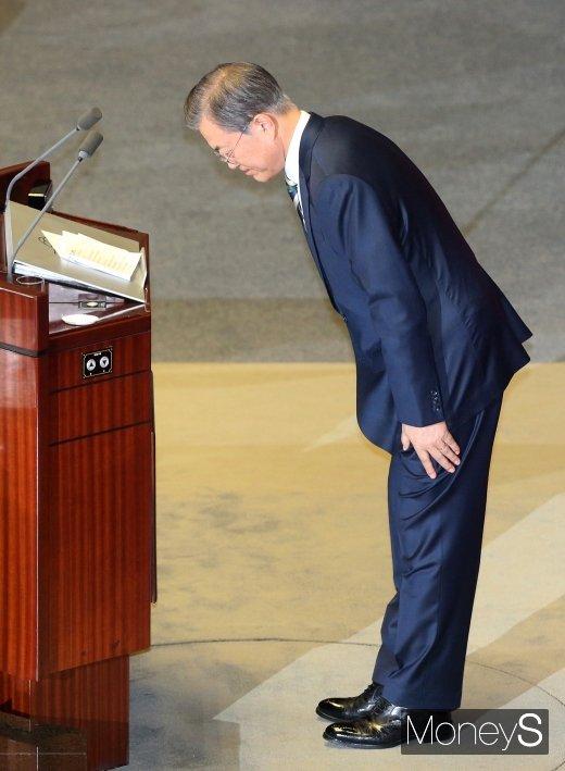 [머니S포토] 시정연설 후 인사하는 문재인 대통령