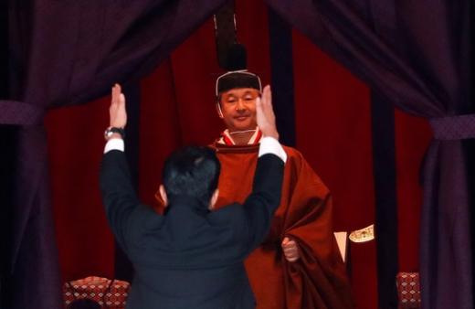 아베 신조 일본 총리(앞)가 22일 일본 도쿄에서 열린 나루히토 일왕의 즉위식에서 일왕 앞에 서서 만세 삼창을 하고 있다. /사진=로이터