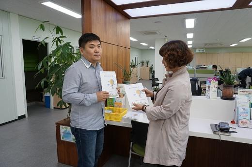지역사회보장협의체가 포천시취업 가이드북 제작해 배포하고 있다. / 사진제공=포천시