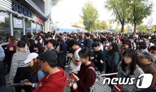 키움 히어로즈와 두산 베어스의 한국시리즈 1차전 경기가 열린 지난 22일 서울 잠실야구장 매표소에 야구팬들이 몰려있다. /사진=뉴스1