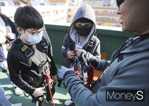 [머니S포토] 훈련에 앞서 안정장비 착용